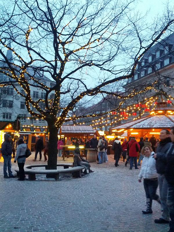 Der Kieler Weihnachtsmarkt erstreckt sich über die ganze Innenstadt (Bild: ds).