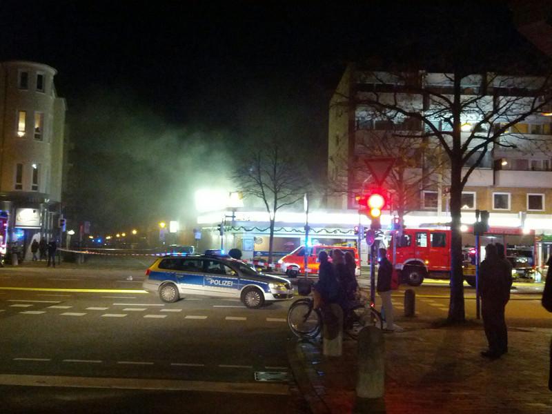 Um 19:15 Uhr wurde an der Ecke Holtenauer Strasse / Schauenburger Strasse ein Brand in einem Supermarkt gemeldet (Bild: ds).