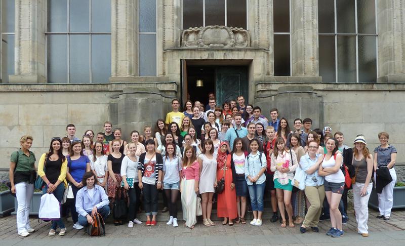 Teilnehmerinnen und Teilnehmer des letztjährigen Sommerkurses vor dem Kieler Rathaus (Archivfoto) Foto: Landeshauptstadt Kiel